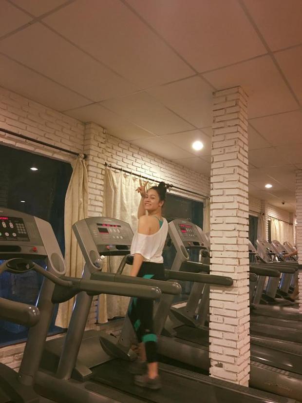 Trước khi lên đường đi Bến Tre biểu diễn, Nhật Kim Anh vẫn vui vẻ đi tập gym…