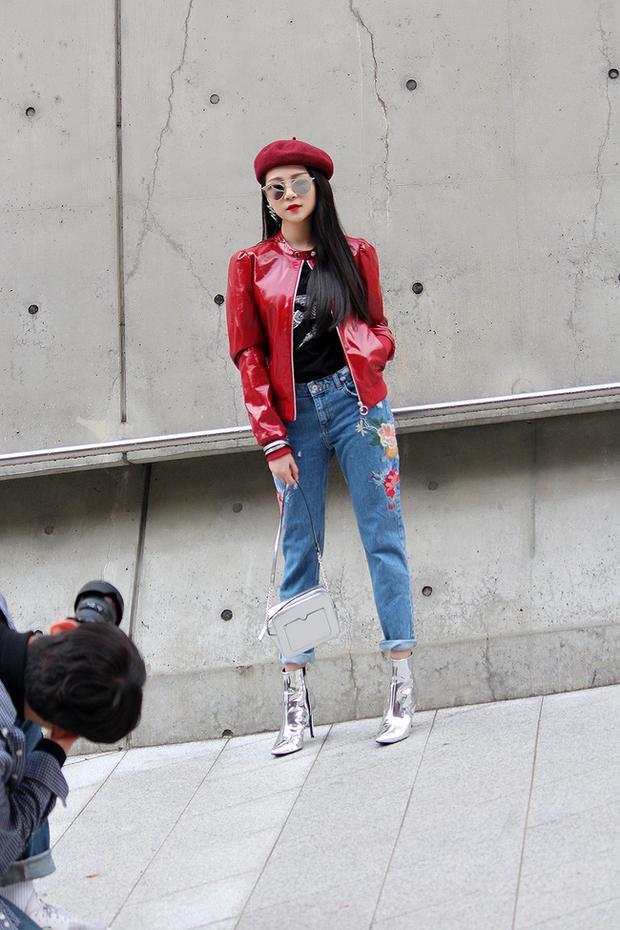 Diễn viên Tam Triều Dâng cùng set đồ ánh metallic, nhấn nhá với quần jeans thêu hoa đang là xu hướng.