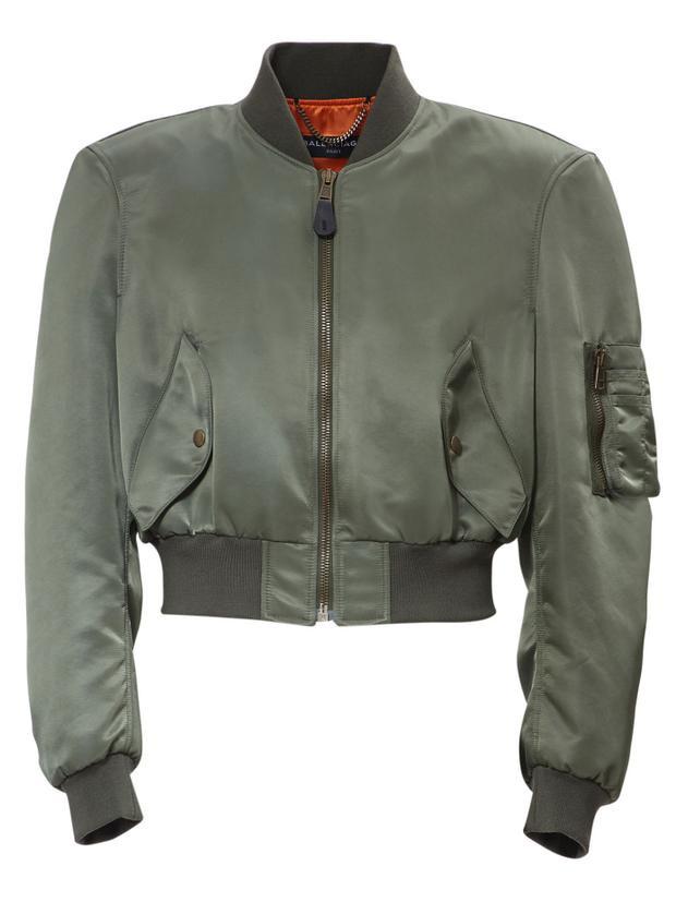 Chiếc áo jacket có dáng ngắn và trông khá bụi bặm.