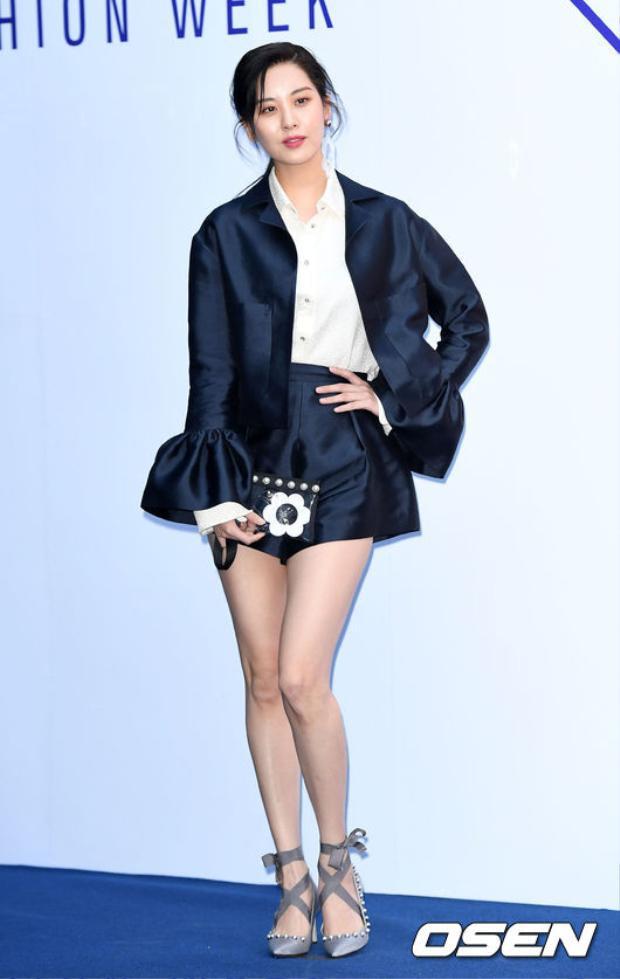 Trước đó, khi dự show Fleamadonna, Seohyun lại diện đồ theo phong cáchđiệu đà, tiểu thư với suit tay loe, short dáng chuông và giày ballet cao gót đính trai.