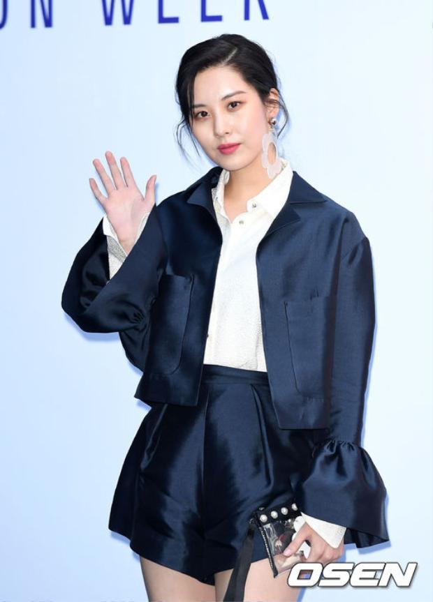 Ở 1 diễn biến khác của tuần lễ thời trang, Seohyun đẹp lồng lộn còn Hyoyeon trông như cãi lộn với stylist!
