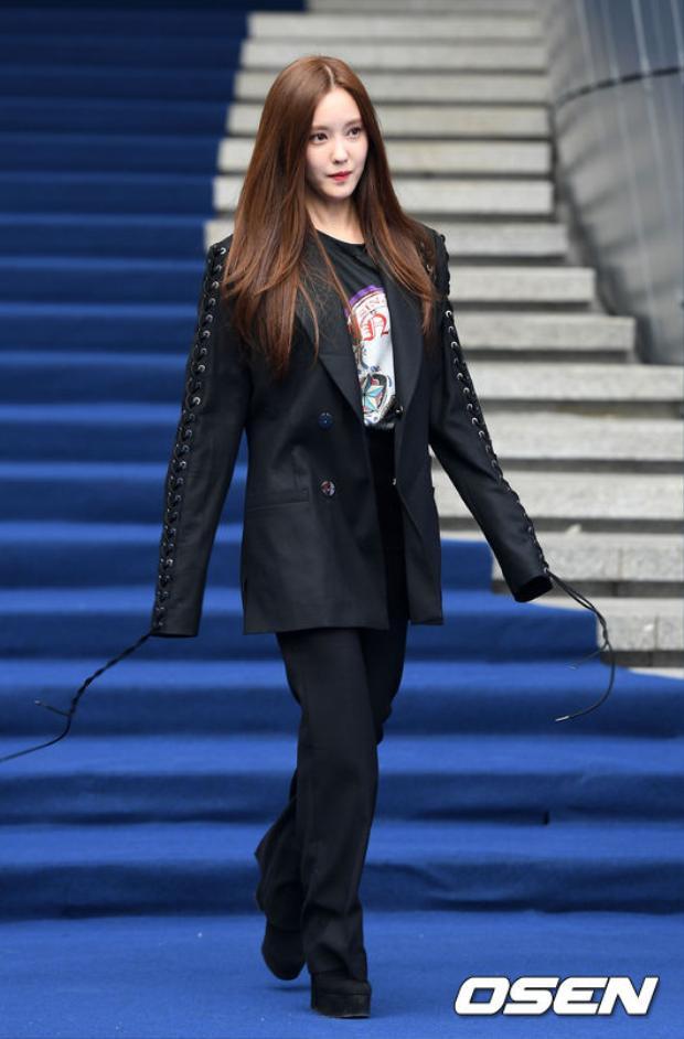 Hyomin xuất hiện với set đồ mang cảm hứng menswear đậm chất cực cá tính.