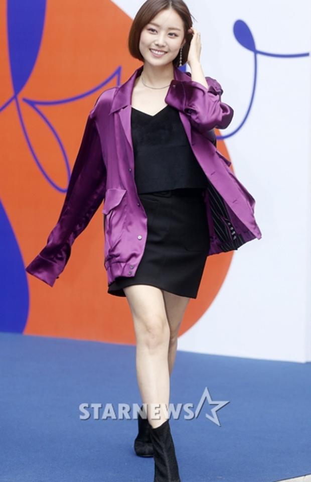 Ca sĩ Song Ji Eun diện set đồ 2 tone đen- tím cực đơn giản