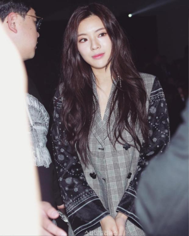 Cô nàng xinh đẹp Lee Sun Bin cũng chọn đồ mang phong cách menswear đến Seoul Fashion Week