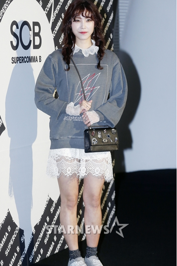 Khác với nhiều sao nữ khác, Hyo Sung (Secret) lại chọn cho mình phong cách trẻ trung, nữ tính kiểu nữ sinh với tóc tết 2 bên, váy ren mix cùng áo nỉ sweater và giày thể thao