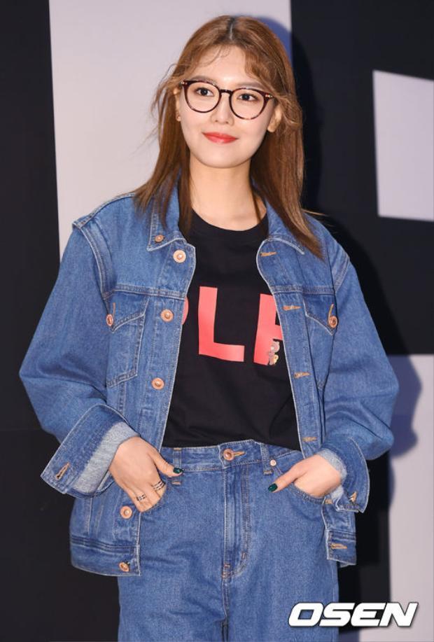 Chân dài nhanh chóng trở thành tâm điểm chú ý khi xuất hiện với cả cây denim cùng áo phông từ BST pushBUTTON x LINE Friends kết hợp cùng giày sneaker. Set đồ trẻ trung của Sooyoung nhận được vô số lời khen.