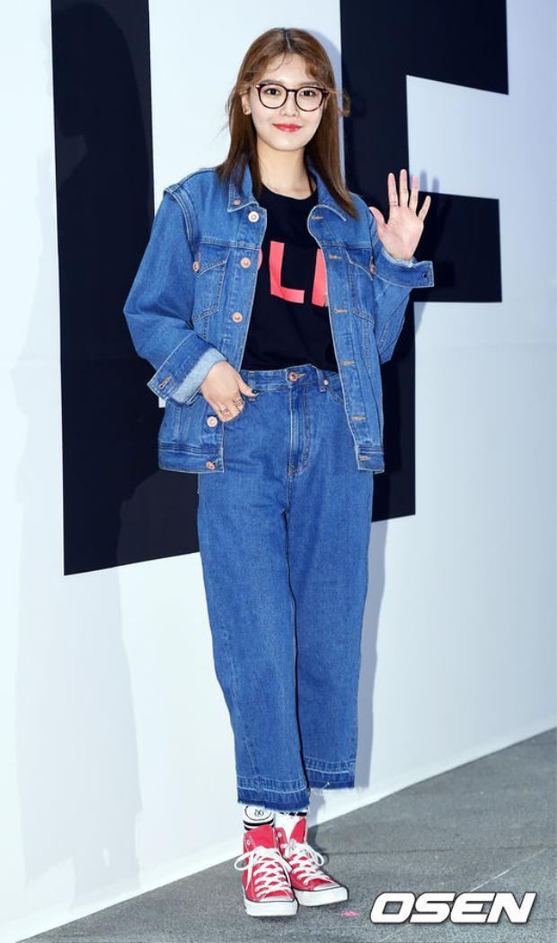 """Trước đó, Sooyoung là mảnh SNSD đầu tiên """"mở hàng"""" Seoul Fashion Week lần này tại show diễn ra mắt BST pushButton x LINE Friends."""