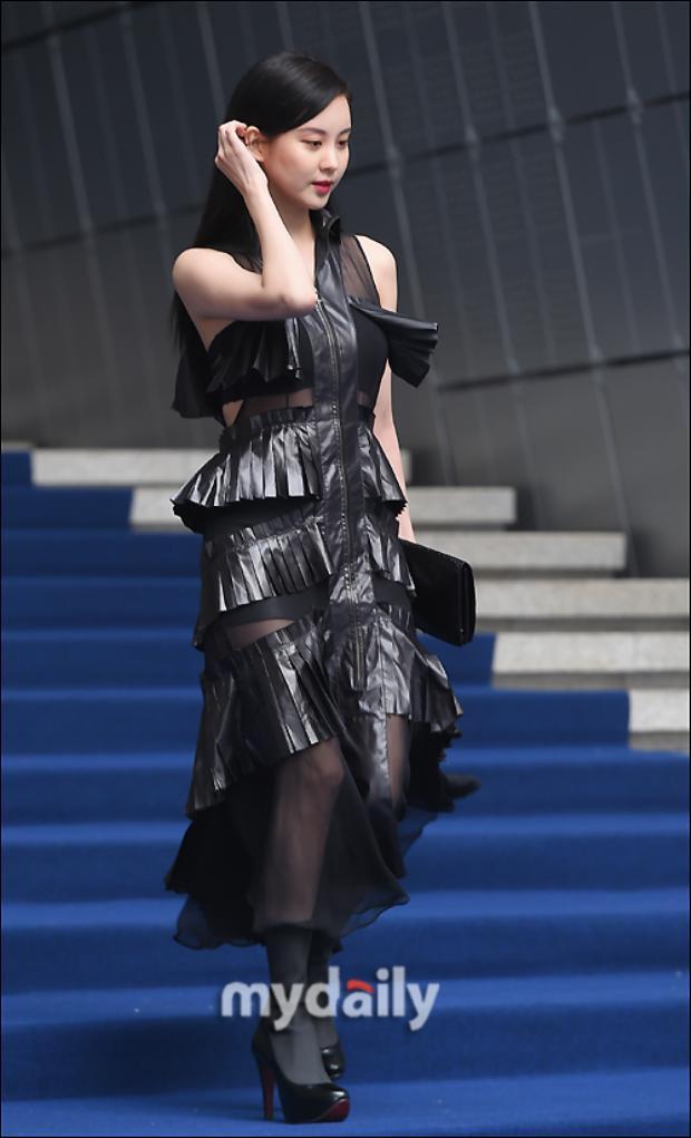 Sự xuất hiện của Seohyun nhanh chóng thu hút mọi ánh nhìn và sự chú ý. Cô nàng vốn nổi tiếng với phong cách nhẹ nhàngbất ngờchọn cho mình chiếc đầm đen đầy bí ẩn và quyến rũ.