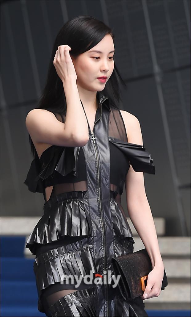 Chiếc đầm đen xen lẫn các khoảng vải sheer sexy với chất liệu da xếp ly vô cùng thời thượng. Em út SNSD là khách mời VIP của show diễn Resurrection.