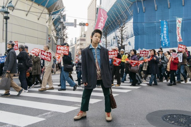 Hình ảnh mới nhất của Yoshi được nhíp ảnh gia Mitograph ghi lại khi cậu đang đi mua sắm tại Shibuya. Cậu diện áo khoác blazer của Balenciaga, jacket denim Versace và quần nhung xanh của Ralph Lauren. Nhiều người hẳn phải rất ghen tị với cậu bé 14 tuổi này.