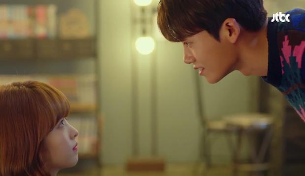 Mỗi lần nói chuyện, nếu không phải Bo Young ngửa cổ lên thì cũng là Hyung Sik cúi đầu xuống.