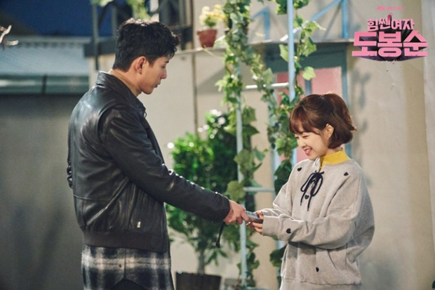 """… Bo Young còn khá chênh lệch với """"chàng cảnh sát"""" Ji Soo."""