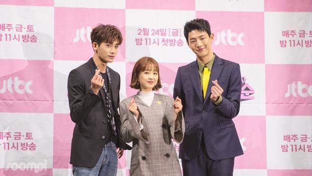 """Park Bo Young """"lọt thỏm"""" khi đứng cạnh hai nam chính trong phim."""