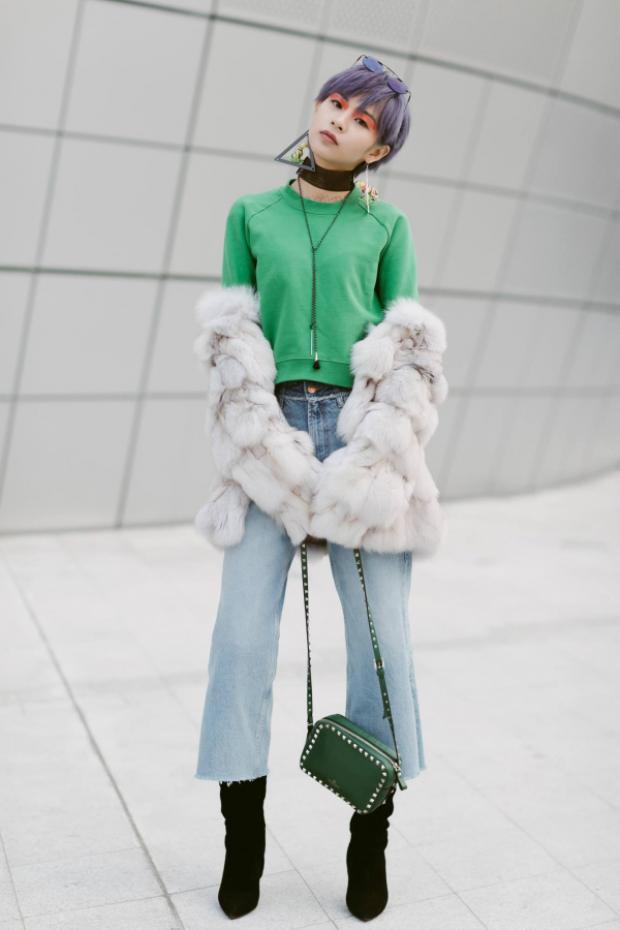 Cận cảnh bộ trang phục ngày thứ hai tại Seoul Fashion Week được đầu tư khá công phu từ phụ kiện cho đến kiểu tóc và make-up.