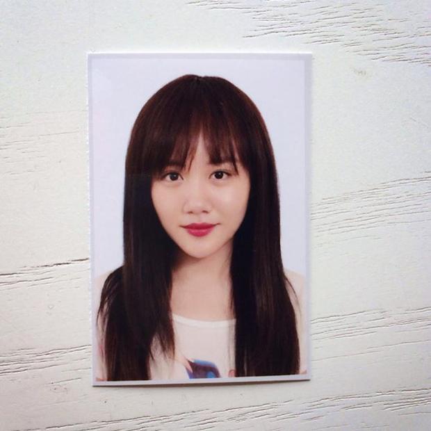 """Văn Mai Hương cũng không """"thua chị kém em"""" khi tung ảnh thẻ cực lung linh."""