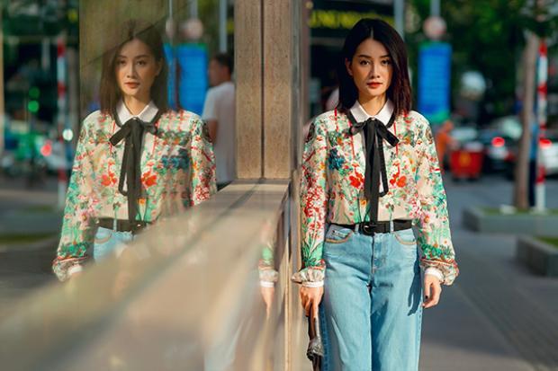 Nhờ vóc dáng mảnh dẻ, gương mặt xinh như hot girl và thần thái có chút lạnh lùng, kiêu sa, Quỳnh Chi dễ dàng hợp với mọi style ăn mặc. Cũng nhờ vậy, Quỳnh Chi trông trẻ trung hơn so với tuổi 31 của cô.