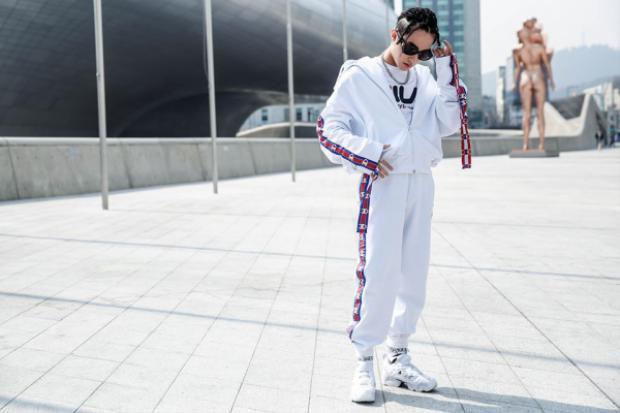 Nguyên set đồ trắng của Vetements x Champion nam ca sĩ diện ngày 2 tại Seoul Fahsion Week 2017