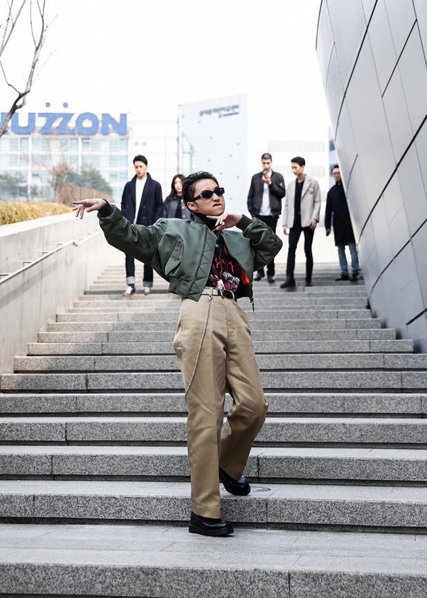 """Ngày đầu Tùng """"quậy tung"""" Seoul Fashion Week với trang phục của Balenciaga"""
