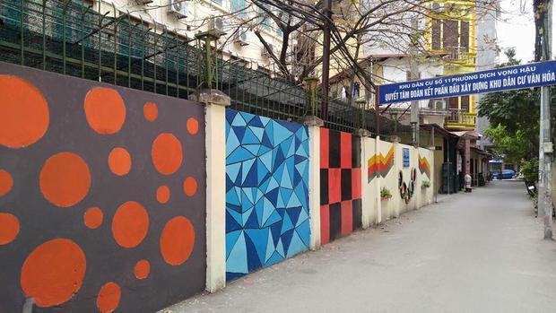 """Đi sâu vào Ngõ 111 Nguyễn Phong Sắc - vị trí cổng sau của trường bạn sẽ bắt gặp dãy bức tường """"sống ảo"""" mới nhất của trường Báo."""