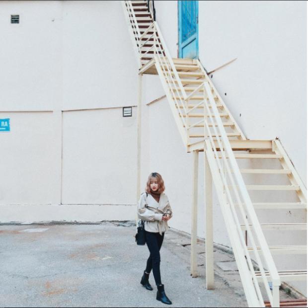 Chụp ảnh streetstyle, OOTD với background cầu thang đã trở thành trào lưu của các sinh viên trường Báo.