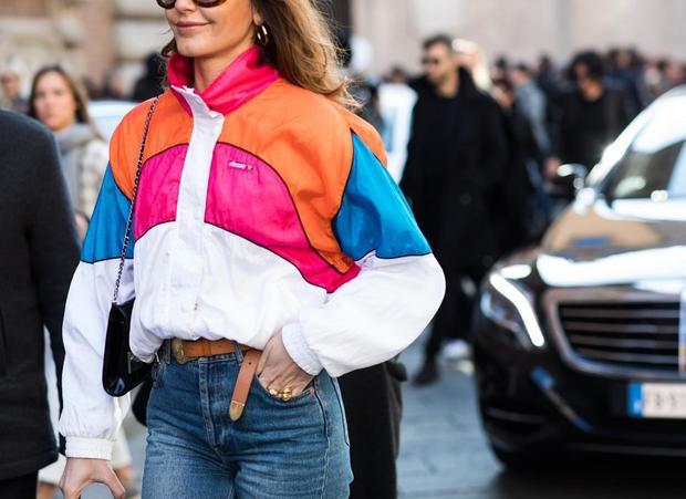 """Áo khoác vận động viên nay đã xuất hiện trong tuần lễ thời trang, dự báo sẽ làm nên chuyện trong năm 2017 này. Item này là """"con lai"""" hoàn hảo giữa áo khoác bomber và áo hoodie."""