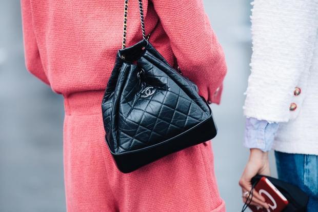 Đâu chỉ có những chiếc túi xách yểu điệu nữ tính, nhà mốt Chanel cũng đã hòa nhịp với phong cách năng động khi trình làng item balo da, mới mẻ trong kiểu dáng nhưng vẫn giữ nguyên chất liệu và họa tiết truyền thống của Chanel.