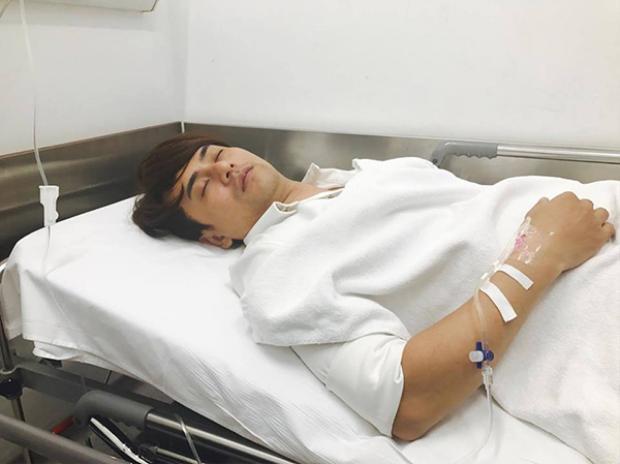 Hình ảnh Ưng Đại Vệ mệt mỏi nằm trên giường bệnh.
