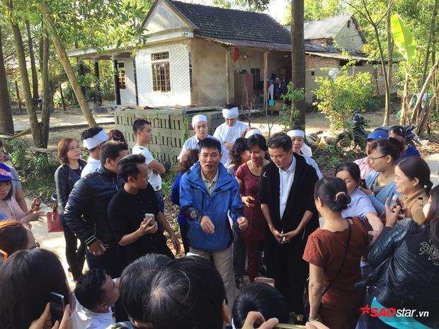 Anh lắng nghe những tâm sự của xóm làng về gia cảnh cũng như câu chuyện về gia đình học trò.