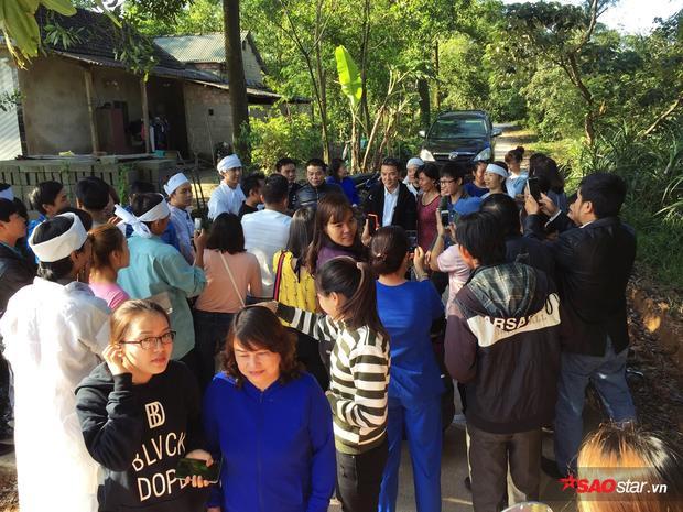 Thầy trò HLV được chào đón ngay khi vừa đến nhà của Duy Thắng.