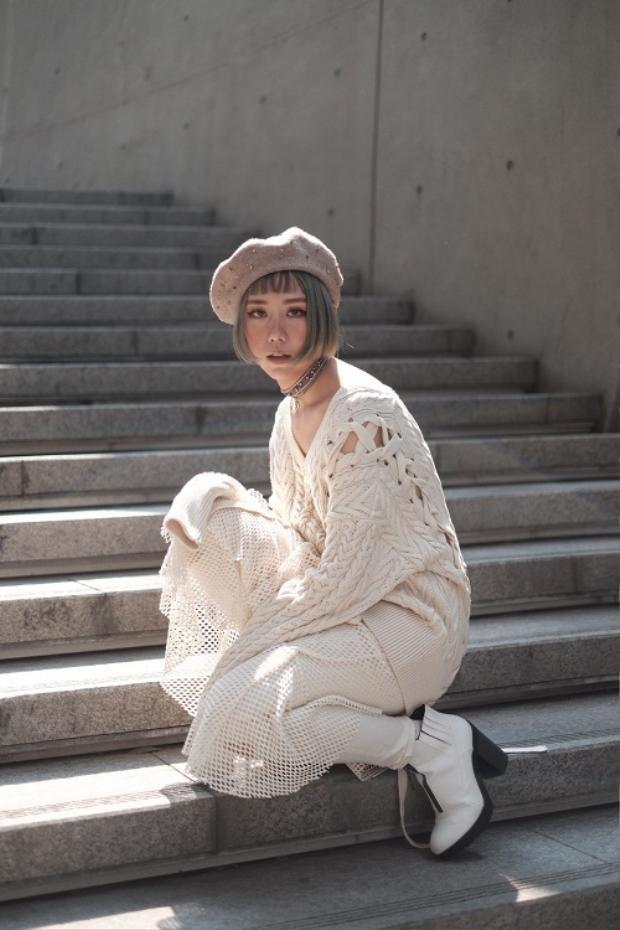 Ngày sau, nữ ca sĩ xuất hiện xinh như gái Hàn với cả set đồ trắng sữa. Lối makeup vẫn thiên về nhẹ nhàng nhưng cá tính với mắt khói nhẹ, má hồng và son hồng đất