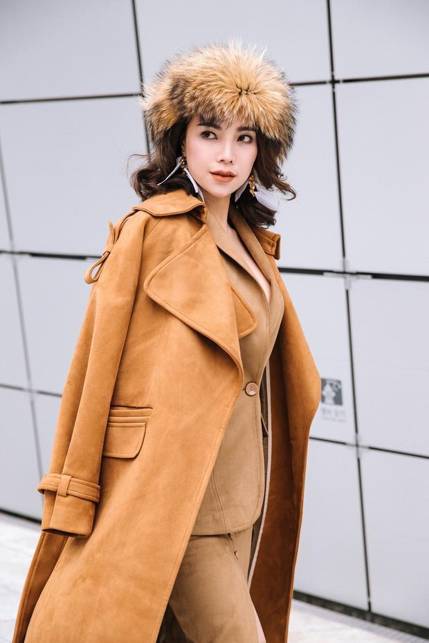 Bên cạnh đó, Trà Ngọc Hằng cũng tham gia SFW với setđồ ton-sur-ton cực sexy. Màu son cam tươi mới cùng tone với trang phục giúp ngườiđẹp thêm nổi bật.