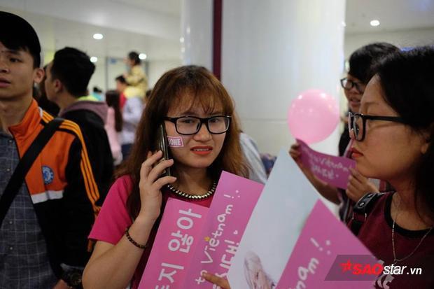 SNSD đi cửa nội bộ: 5 tiếng chờ trong mưa lạnh, fan thẫn thờ vì chỉ nhìn thấy vali hồng