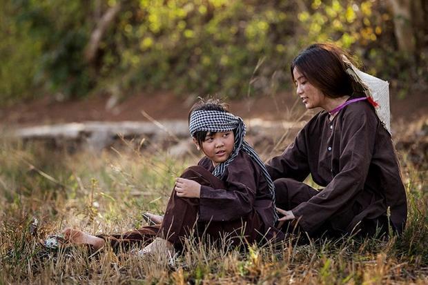 Để chuyển tải trọn vẹn tinh thần ca khúc trong MV, Ngọc Ny vào vai người mẹ đơn thân sống cùng con gái nhỏ ở miền quê nghèo.