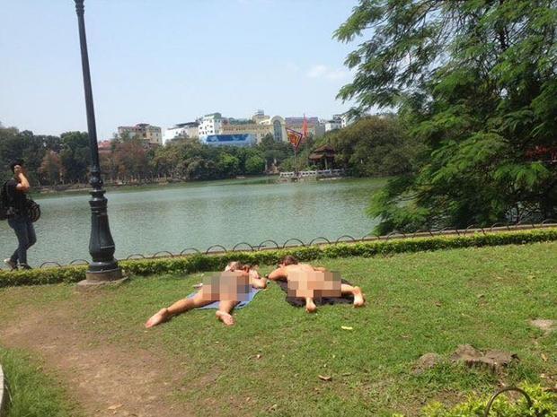 """Hai nữ du khách Tây gây phản cảm khi thản nhiên """"tắm nắng"""" ở Hồ Gươm"""