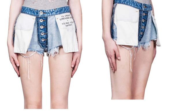 """Quần """"lộn trái"""" đã được trình làng trong bộ sưu tập Xuân Hè 2017 của Ben Taverniti. Chỉ có kiểu quần là thay đổi, còn các chi tiết vẫn giữ nguyên, kể cả slogan trên túi quần."""