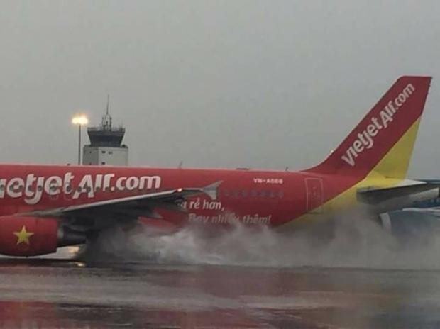 Cơn mưa lớn bất chợt khiến nhiều chuyến bay đến và đi bị ảnh hưởng. Ảnh facebook Song Ngư