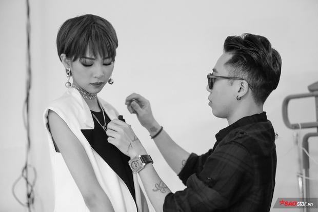 Quán quân The Face mùa 1 Phí Phương Anh cũng được stylist Hoàng Ku chăm sóc cẩn thận, chỉnh sửa phụ kiện.