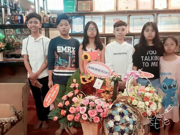 4 học trò nhí bên cạnh hai cô con gái cưng của ca sĩ Cẩm Ly.