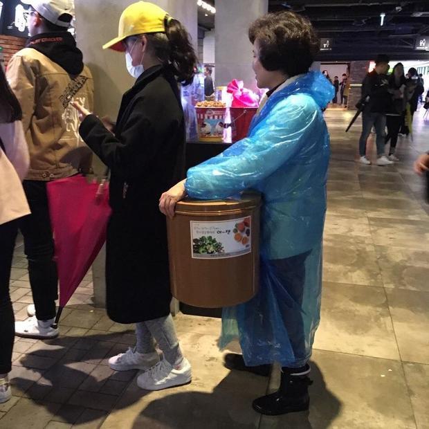"""""""Fan"""" của bỏng không chỉ có các bạn trẻ đâu nhé. Cô ấy còn mang cả một cái thùng lớn kia kìa."""