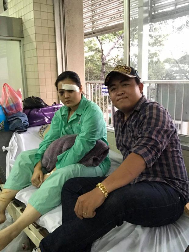 Anh Nguyễn Việt Sin - Trưởng đội Hiệp sĩ TP.HCM đến thăm nữ sinh bị hành hung.