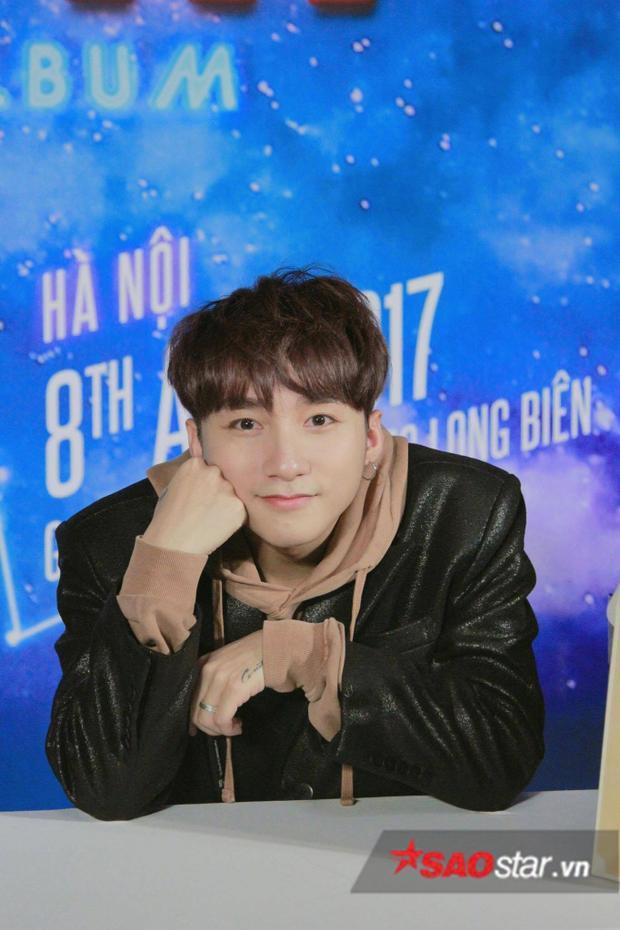 Sơn Tùng xuất hiện cực bảnh trong buổi ký đĩa tại Hà Nội.