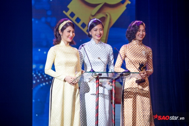 Ngô Thanh Vân cùng hai diễn viên chính phim Cô Ba Sài Gòn lên trao giải thưởng Quay phim phim truyền hình xuất sắc nhất.