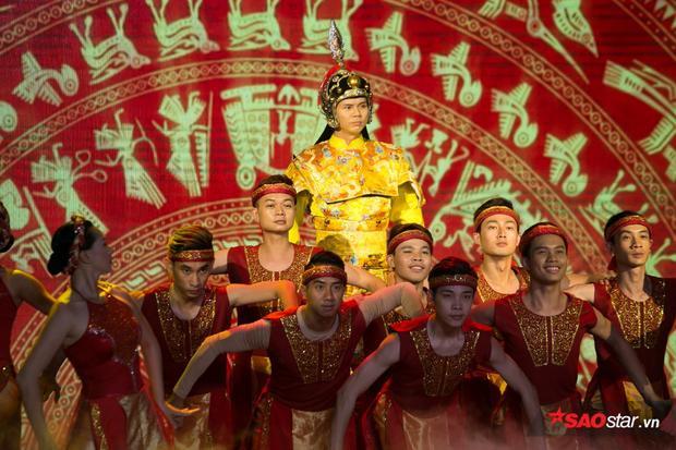 Phan Đình Tùng ghi dấu trong lễ trao giải bằng một tiết mục mang đậm tinh thần dân tộc.