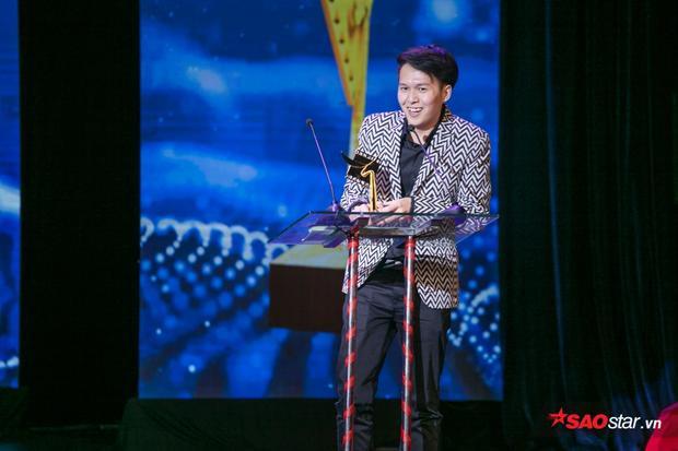 Đạo diễn Vũ Ngọc Phượng lên nhận giải thay Jun Vũ do nữ diễn viên đang ở nước ngoài.