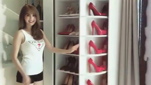 Ngọc Trinh từng chia sẻ tủ giày đồ sộ của mình bằng việc… livestream.