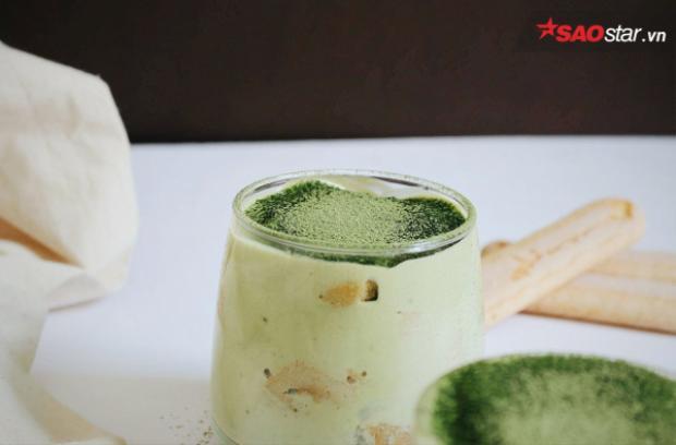 Tiramisu trà xanh, một trong những biến thể nổi tiếng từ hương vị truyền thống. Vẫn giữ cho những lớp bánh được chồng lên nhau, thay thế sự mạnh mẽ kia là hương vị trà xanh dịu nhẹ, ngọt ngào.