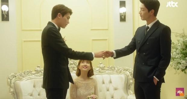 Trong đám cưới nữ chính, chàng cảnh sát điển trai cũng xuất hiên nhưng hoàn toàn lẻ bóng.