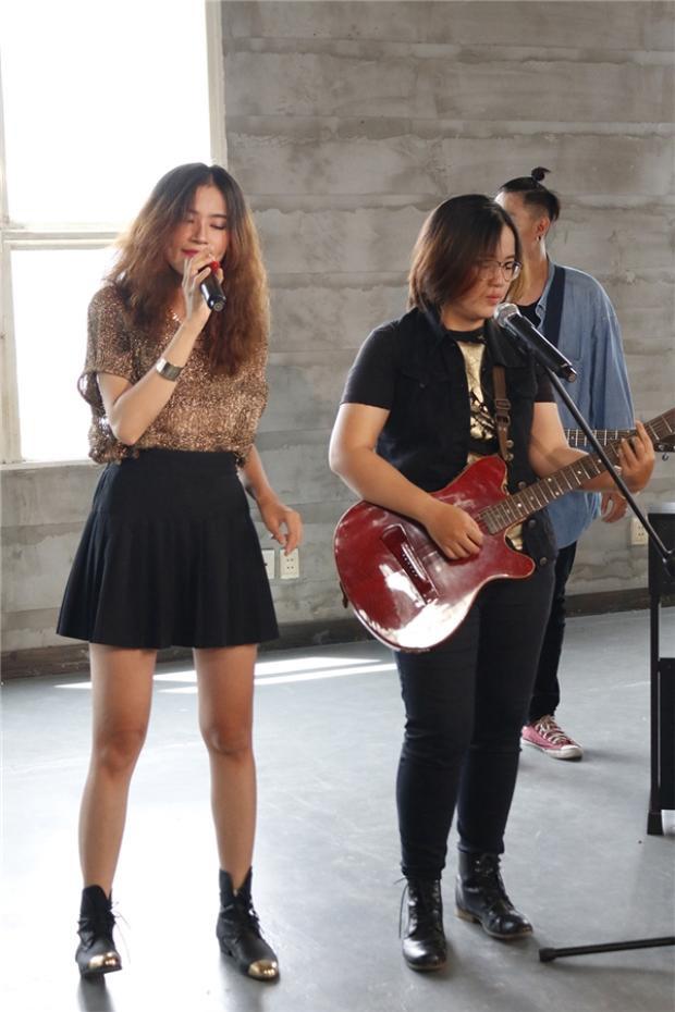Cặp song ca được nhạc sĩ tài năng Huỳnh Hiền Năng khen ngợi hết lời.
