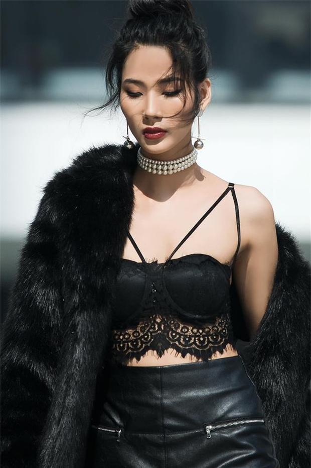 Chỉ cần với mái tóc đen, trang điểm cùng tông màu trầm là đã bật lên vẻ đẹp của Hoàng Thùy.