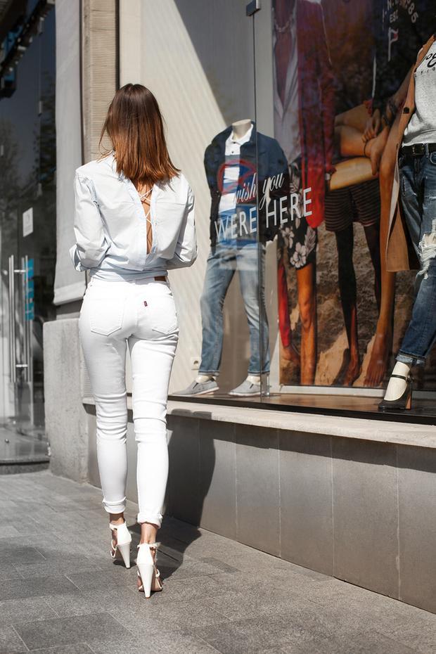 Chi tiết đan dây đằng sau áo khoe khéo bờ lưng trần gợi cảm sẽ là gợi ý tuyệt vời cho những cô nàng thích sự tinh tế.